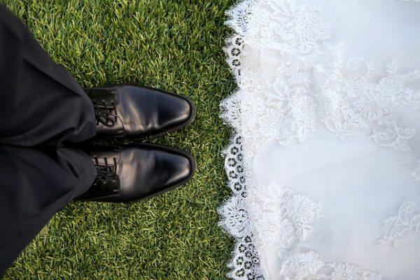 trouwen foto schoenen man en vrouw