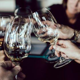 borrelen in de stad samenzijn wijnglas