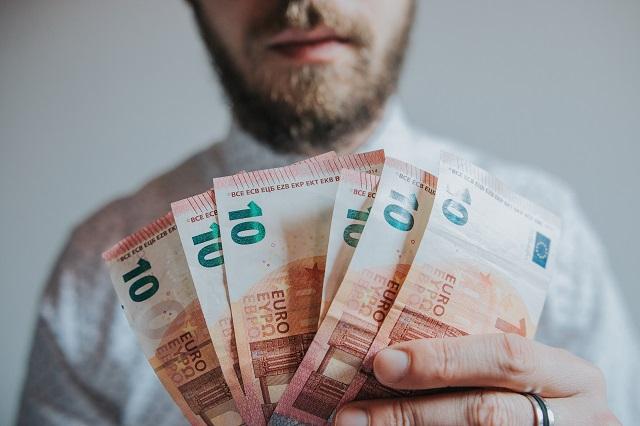 financieel onafhankelijk man met geld tien euro biljetten