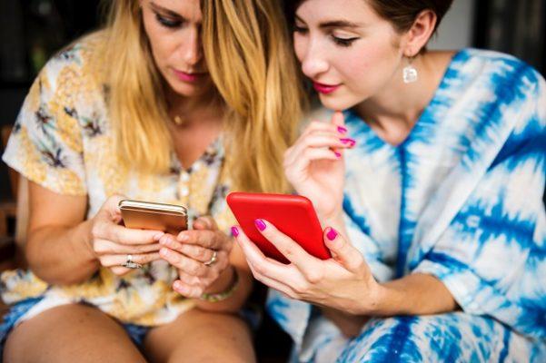 mobiele telefoons twee vrouwen met een telefoon in hun handen