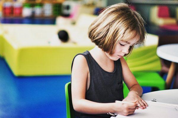basisschool schooltafel huiswerk maken kind