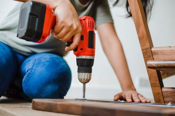 bouwbedrijf vrouw aan het klussen aannemer
