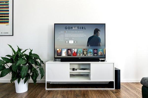 film of tv kijken op je televisie tv