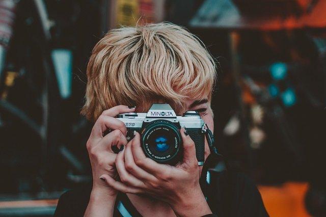 jongen met een camera die een foto aan het maken is