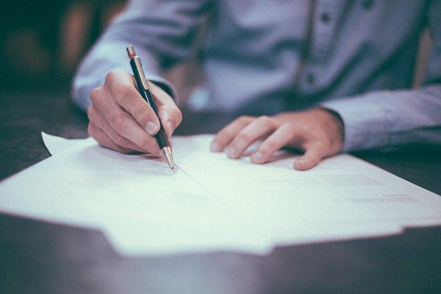 jurist juridisch advies man document tekenen