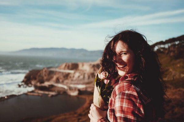 leefstijlcoach vrouw tulpen uitzicht op zee leefstijl