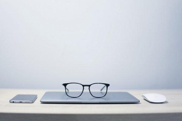 onderhoud aan je pc of laptop bril muis telefoon