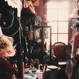 tweedehands kleding kopen hoeden petten vol huis