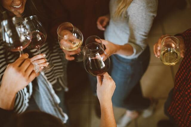 uitgaan feestje ontspannen glas wijn dames