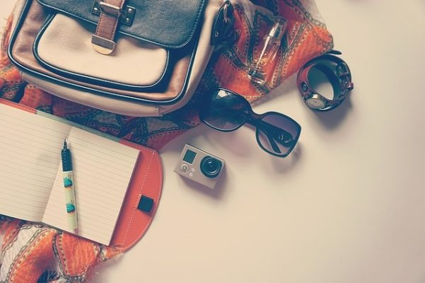 wat neem je mee op vakantie zonnebril, horloge camera tas